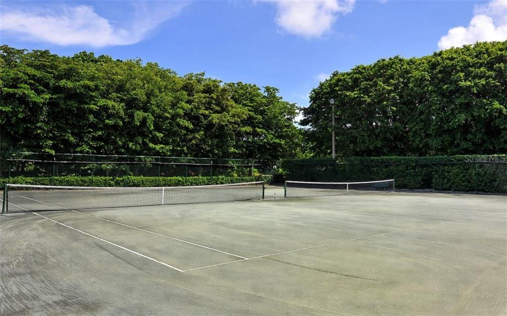 Complex tennis courts - Condo for sale at 1701 Gulf Of Mexico Dr #505, Longboat Key, FL 34228 - MLS Number is A4170632