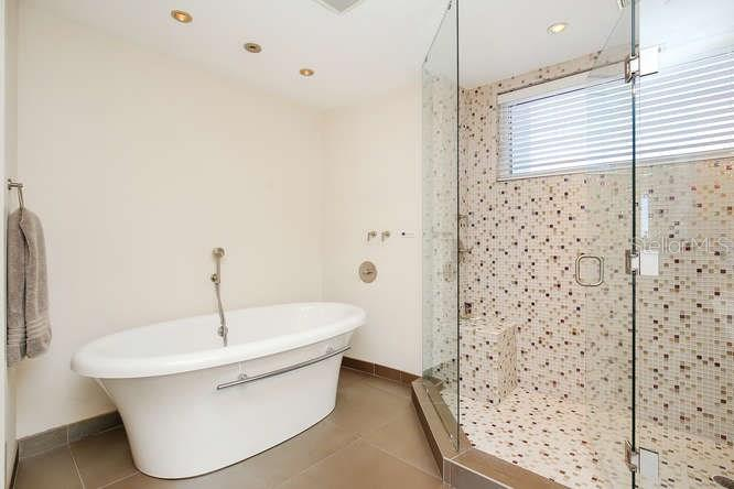 Master bathroom tub - Condo for sale at 501 Beach Rd #b, Sarasota, FL 34242 - MLS Number is A4175979