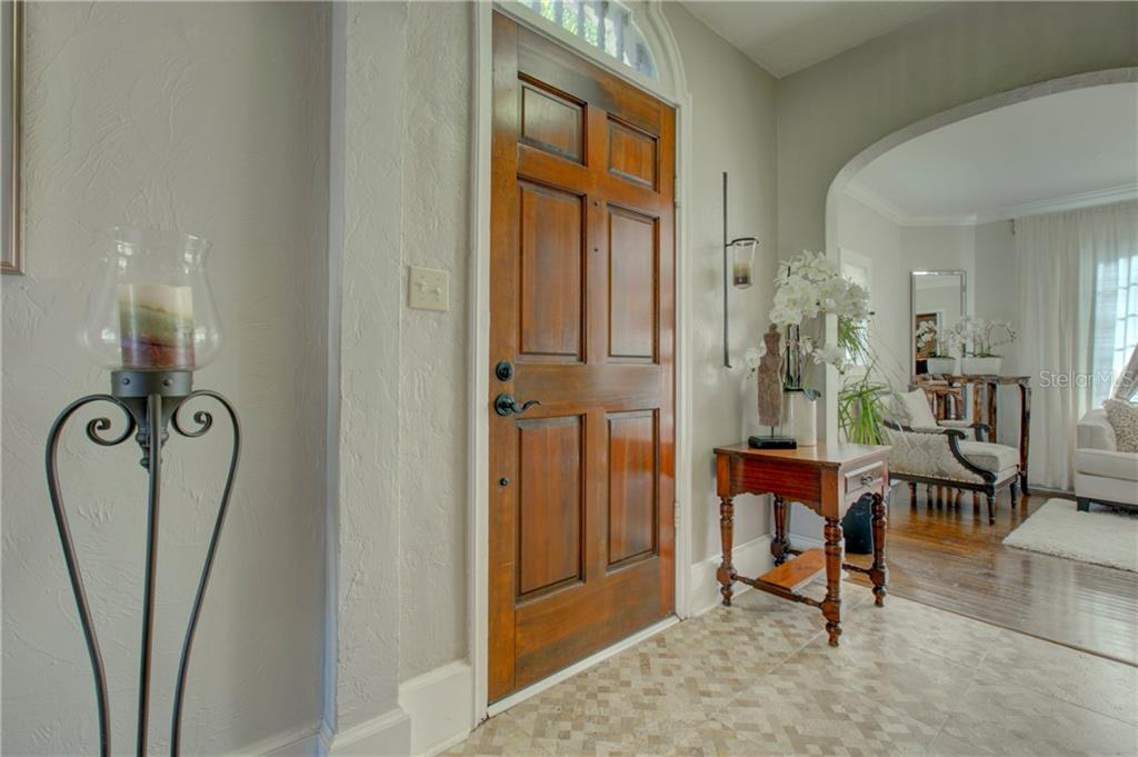 Main entry and reception - Single Family Home for sale at 76 S Washington Dr, Sarasota, FL 34236 - MLS Number is A4200630