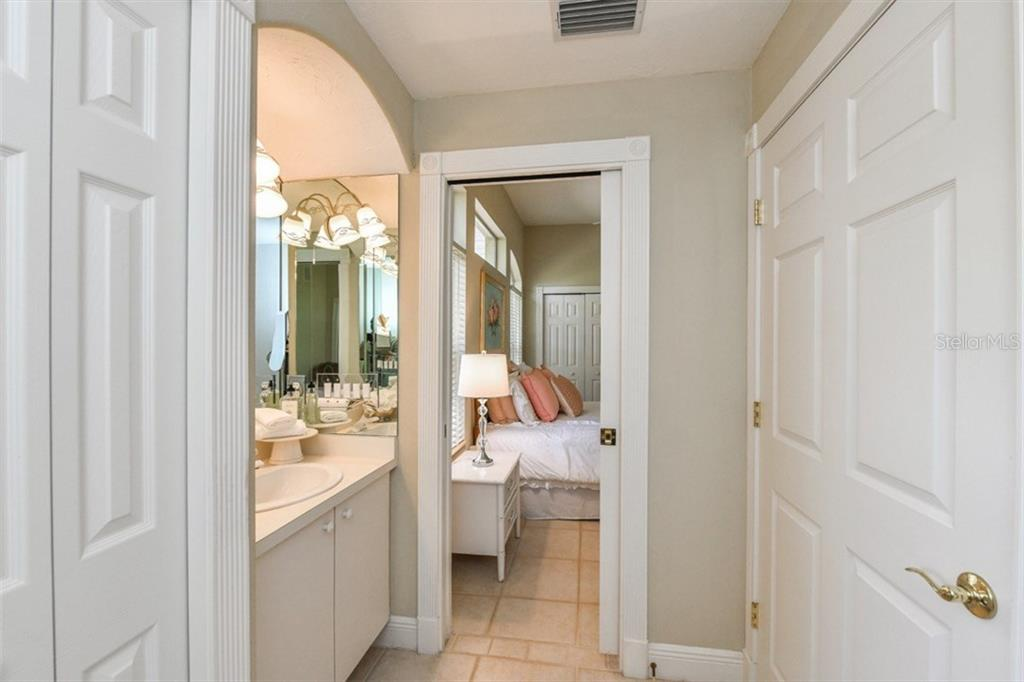 Full Ensuite Bath #2 - Single Family Home for sale at 5585 Siesta Estates Ct, Sarasota, FL 34242 - MLS Number is A4211109