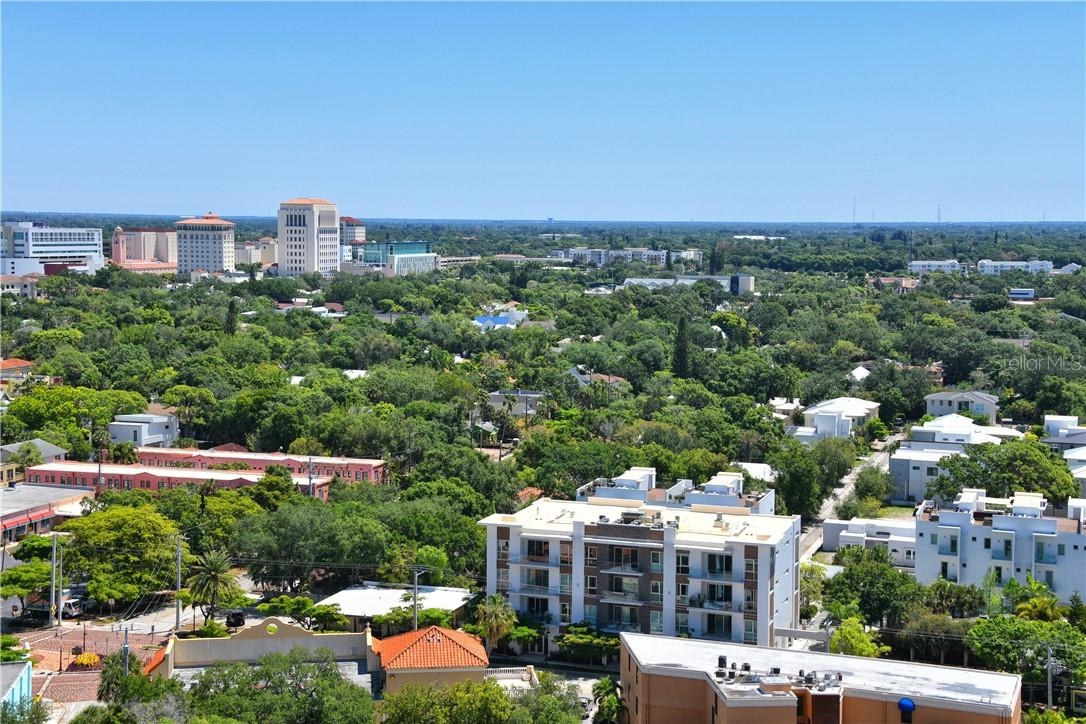 The poolside bar & gas grilles are an inviting place for an informal cookout or barbecue throw down. - Condo for sale at 605 S Gulfstream Ave #4n, Sarasota, FL 34236 - MLS Number is A4400519