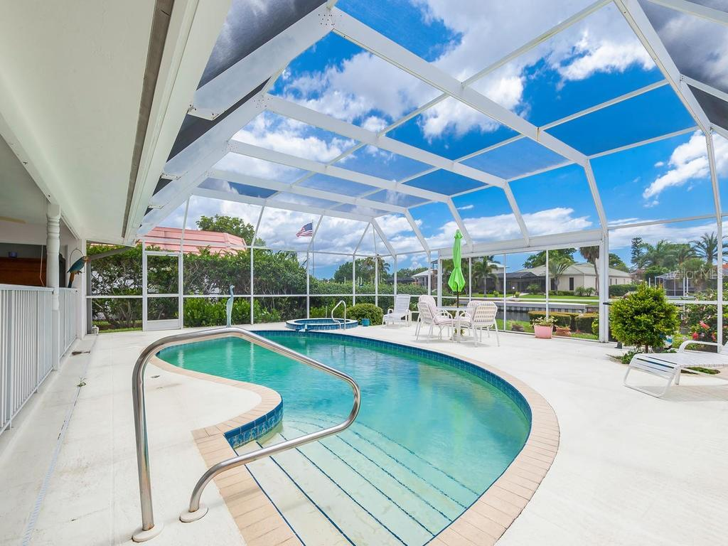 Enclosed pool & spa - Single Family Home for sale at 422 Meadow Lark Dr, Sarasota, FL 34236 - MLS Number is A4410562