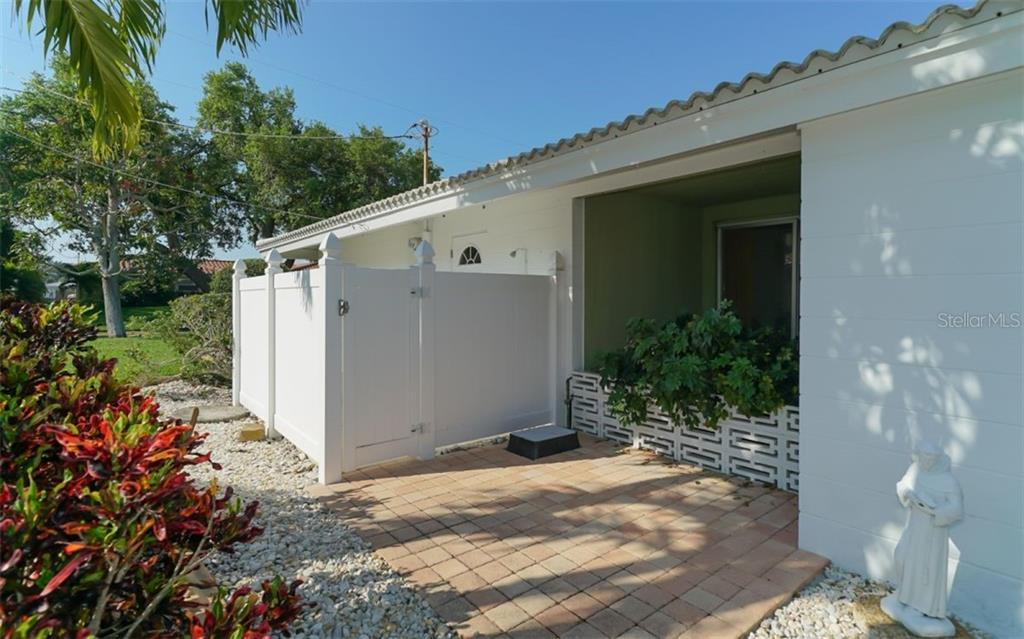 Private outdoor shower, convenient after a day on the water. - Single Family Home for sale at 935 Contento St, Sarasota, FL 34242 - MLS Number is A4431223