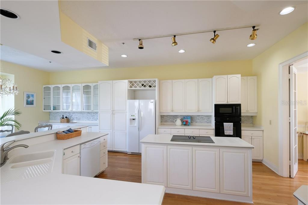 Plenty of counter and storage space. - Condo for sale at 515 Forest Way, Longboat Key, FL 34228 - MLS Number is A4465231