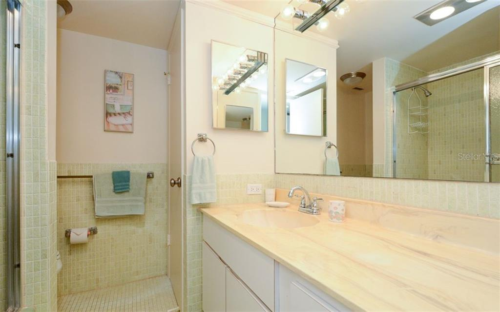 Bath 2 with tub/shower. - Condo for sale at 1770 Benjamin Franklin Dr #706, Sarasota, FL 34236 - MLS Number is A4469463