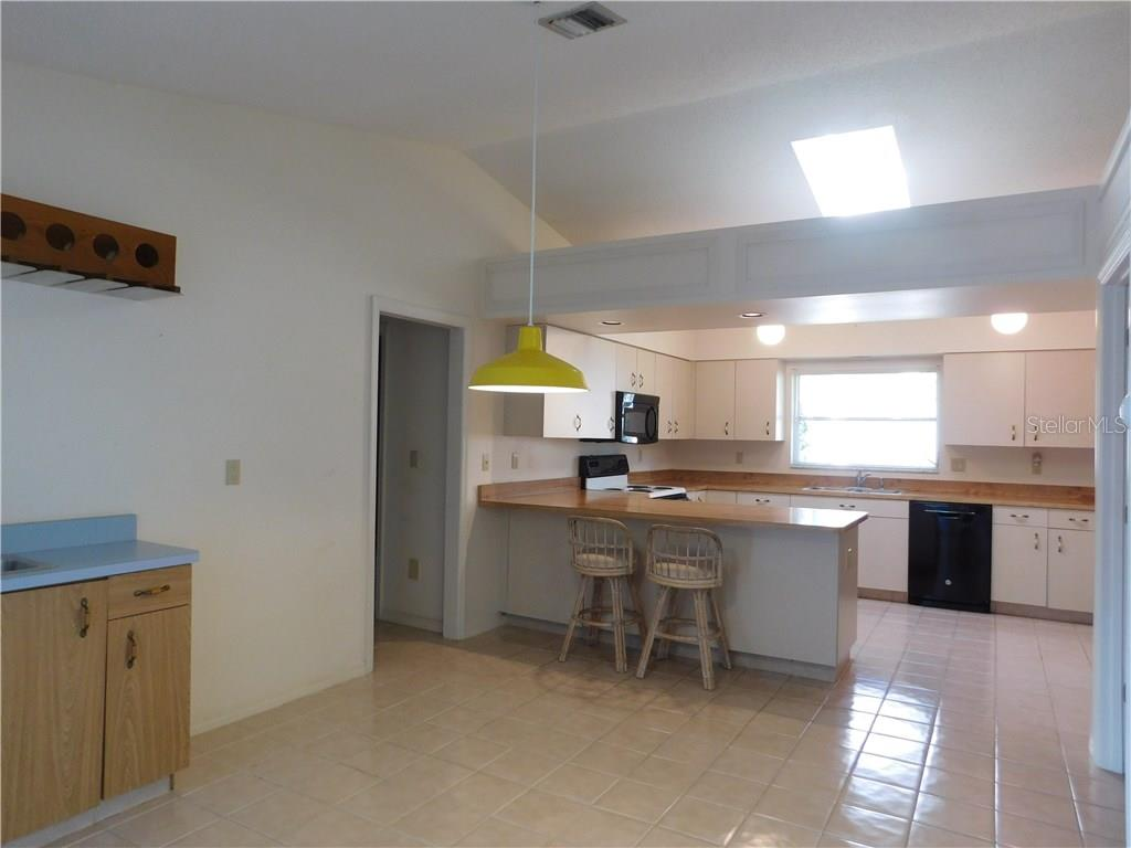 Kitchen - Single Family Home for sale at 523 Warwick Dr, Venice, FL 34293 - MLS Number is N5912085