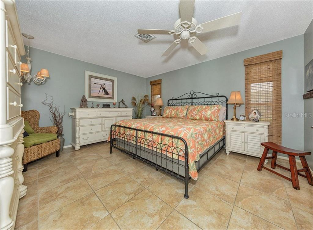 Master bedroom - Single Family Home for sale at 925 Harbor Dr S, Venice, FL 34285 - MLS Number is N5913682