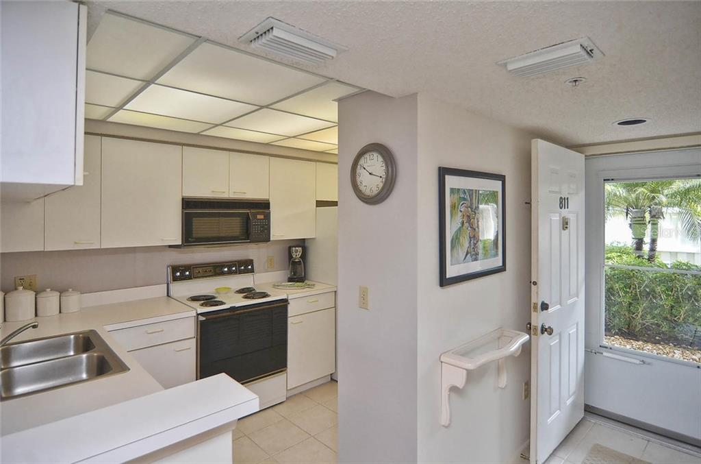 Kitchen/entry - Condo for sale at 811 Wexford Blvd #811, Venice, FL 34293 - MLS Number is N5914092