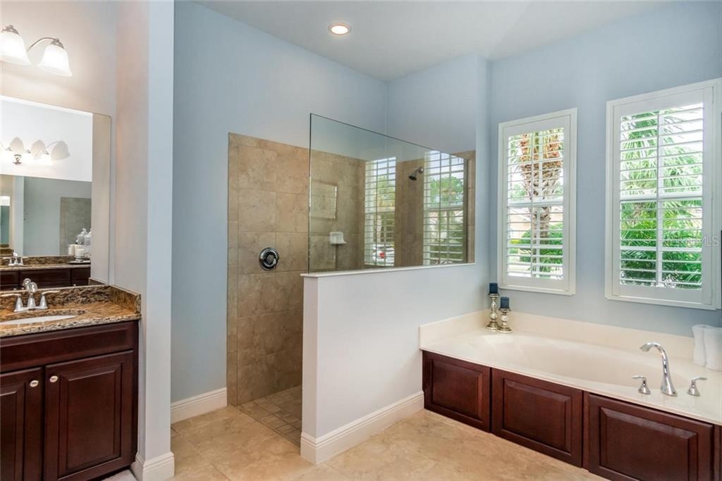 Master Bath with large walk-in shower and soaking tub - Single Family Home for sale at 368 Marsh Creek Rd, Venice, FL 34292 - MLS Number is N6101204