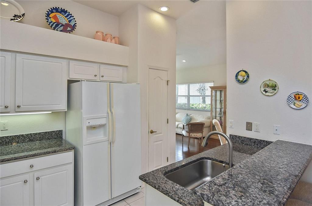 Kitchen - Villa for sale at 1720 Fountain View Cir, Venice, FL 34292 - MLS Number is N6101363