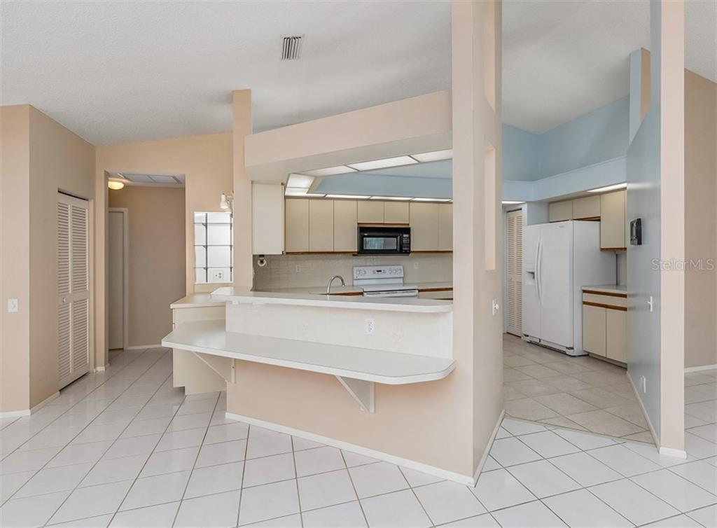 Breakfast bar, kitchen - Single Family Home for sale at 4822 Limetree Ln, Venice, FL 34293 - MLS Number is N6106780