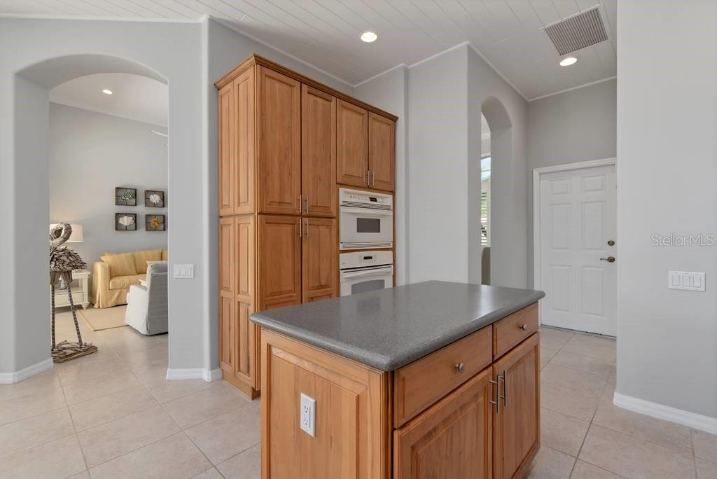 Built in ovens - Single Family Home for sale at 601 Cockatoo Cir, Venice, FL 34285 - MLS Number is N6111658