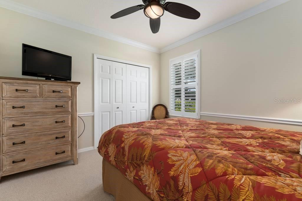 Guest bedroom with Plantation shutters and crown molding - Single Family Home for sale at 601 Cockatoo Cir, Venice, FL 34285 - MLS Number is N6111658